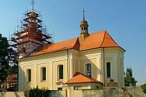 Kostel Nanebevzetí Panny Marie dostal krásnou žlutobílou fasádu.