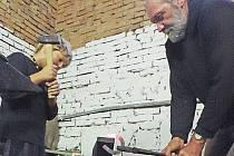 Dětem se jednou za dva týdny věnuje kovář Luboš Martínek.