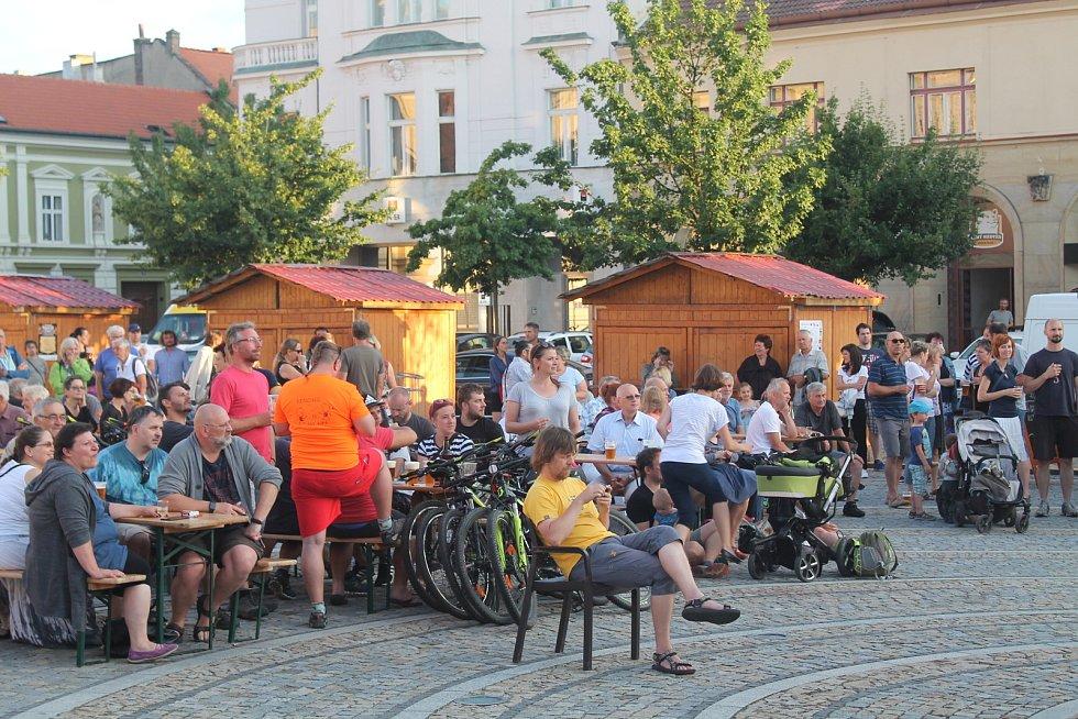 Koncert kapely Docuku z Valašského Meziříčí na náměstí Míru v Mělníku.
