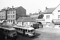 Fibichova ulice v 70. Letech minulého století. Restaurace Záložna na snímku vlevo.