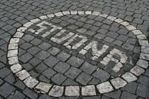 To, že je pod mělnickým náměstím Míru historická studna, připomíná dnes pouze letité vyobrazení na dlažbě. Studna má ale proti bílému kruhu mnohem větší průměr.