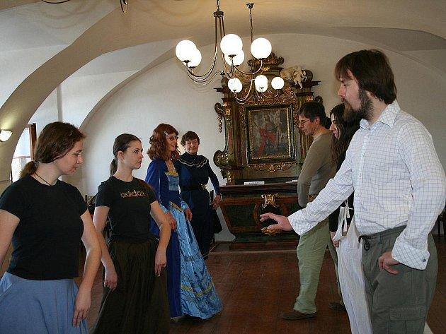 Kurz historických tanců v mělnickém muzeu.
