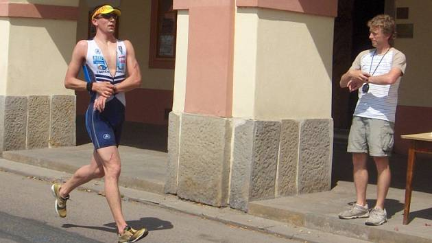 Jaroslav Brynda z Neratovic probíhá cílem triatlonu v Lysé nad Labem. V tu chvíli ještě netuší, že znovu vyhrál.