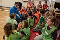 Freestyle motokrosař Petr Pilát navštívil děti ze základní školy v Ledčicích.