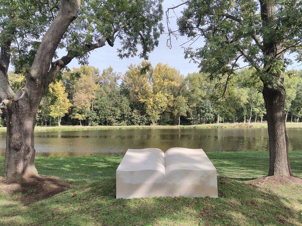 Devítitunová kamenná kniha u břehu Labe připomíná spisovatele a  historika Františka Palackého.