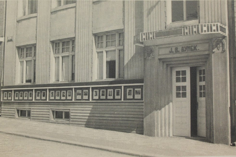 Fotograf J. B. Synek sídlil v domě, který se dnes nachází v ulici kpt. Jaroše č. p. 291. Pod okny ve výšce očí měl řadu několika vitrín s ukázkami svých fotografií.