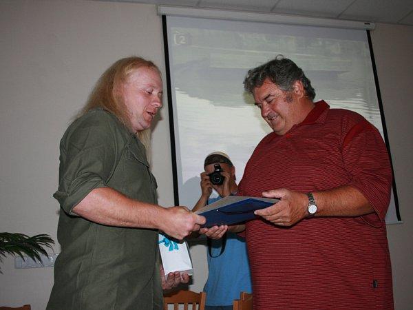 Petr Froelich (vlevo) a starosta Josef Šulc při přebírání čerstvého občanství.