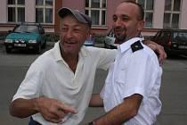 Lidé se vítali z dobrovolnými hasiči z Mnichova Hradiště.