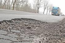Největší díry se začínají objevovat na nejvytíženějších silnicích Mělnicka. Jáma přes metr dlouhá číhá na řidiče zhruba padesát metrů za Skuhrovem směrem na Mladou Boleslav na silnici I/16.