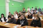 Studenti SOŠ a SOU Kralupy nad Vltavou si zábavnou chemii užívali.