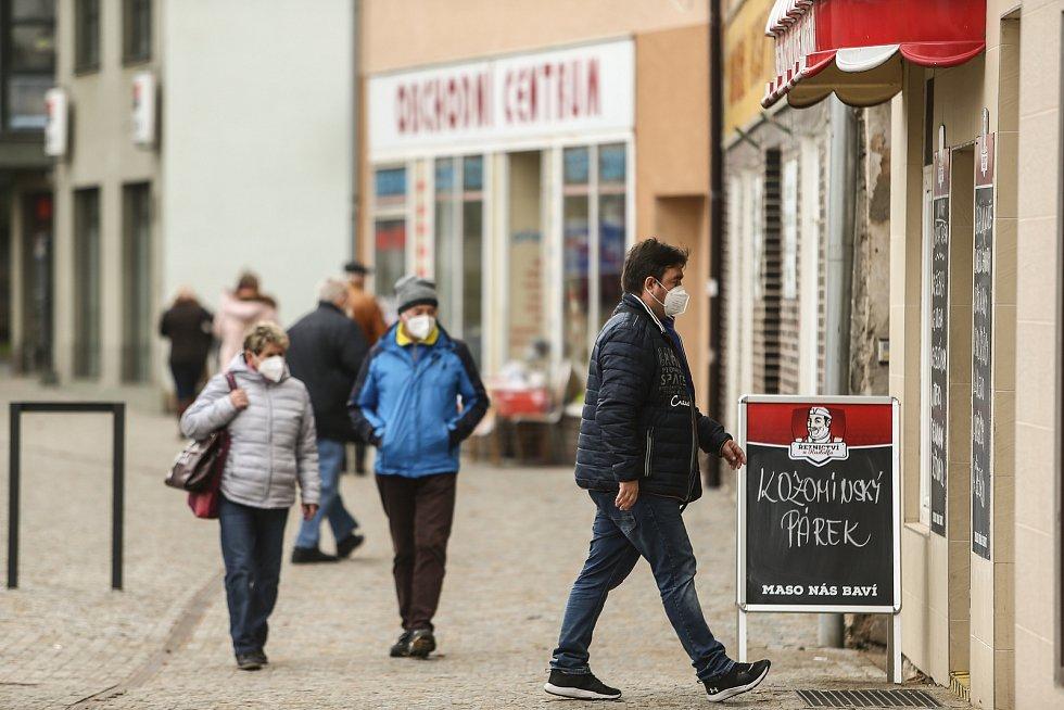 Lidé v ulicích Kralup nad Vltavou.