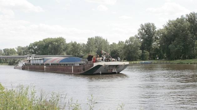 Náplavka před vinařstvím Bettiny Lobkowitz se v pátek zaplnila desítkami lidí převážně v námořnickém oblečení, kteří čekali na připlouvající loď Tajemství.