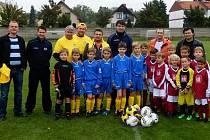 Zástupci TJ Jistebník osobně předali mládežnickým fotbalistům Hořína několik míčů.