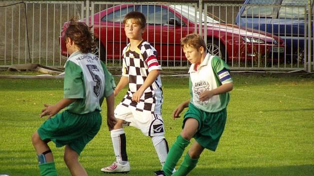 o starší žáci Velkého Borku procházejí krajským přeborem bez porážky, tak mladší naopak v náročné soutěži na první body nadále čekají.