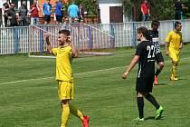 Fotbalisté Neratovic (ve žlutém) otočili třemi góly ve druhém poločase derby v Brandýse.