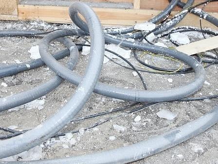 Zloději nejprve ukradnou kompletní kabely, gumový obal pak spálí a měď, která je uvnitř, za slušné peníze prodají.