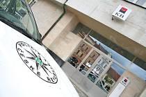 Policejní auto u pobočky Komerční banky v Mělníku.
