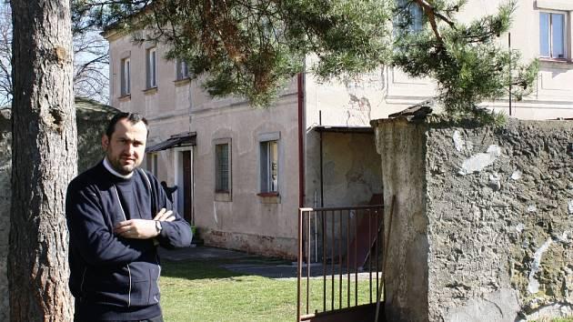 Peter Kováč působí v neratovické farnosti. Bydlí na faře v Kojeticích, mše slouží především v Lobkovicích. Oblast, kterou má ve správě, sahá až k Vojkovicím.