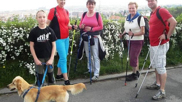 Na nordic walking procházku vyrazily celé rodiny.