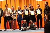 Mělničtí taekwondisté ze školy Hansoo Petra Limprechta získali v Praze devět ocenění za nejlepší bojovníky a rozhodčí loňské sezony. Celkově se Taekwodno Hansoo v národní lize umístilo na druhém místě a v extralize skončili na čtvrté pozici. Ve svých kate