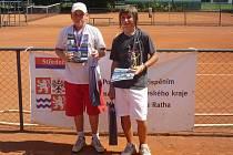 FINALISTÉ turnaje dorostu – domácí David Kopecký (vpravo) s nejvýše nasazeným Vocelem z Olympu Praha.
