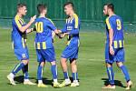 Michal Dohnalík (vpravo) se jde podělit o radost se spoluhráči po jednom z gólů Neratovic v podzimní části divize B.