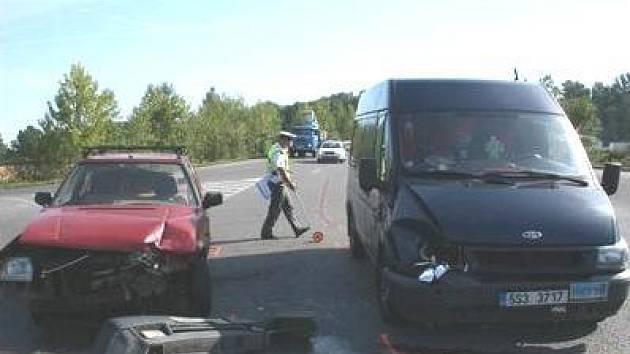 MALÉ PŘEHLÉDNUTÍ.  I přes to, že řidič Škody Forman zastavil, aby dal přednost vozidlům na hlavní silnici, došlo ke střetu. Šofér totiž naprosto přehlédl přijíždějící Ford Tranzit.