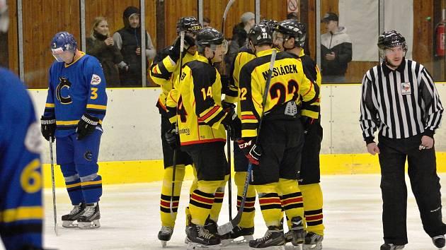 Zatímco mělničtí hokejisté (ve žlutém) prožívají radost z první vstřelené branky,  na straně Černošic zavládl smutek.