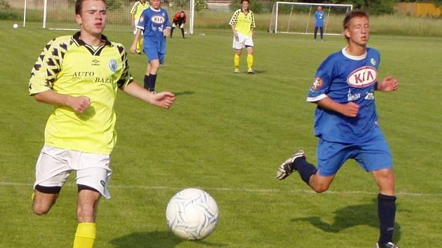 Z utkání 27. kola divize B Libiš (ve žlutém) - Most B (1:2).