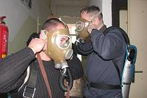 Mělničtí strážníci absolvovali kurz nositele dýchací techniky