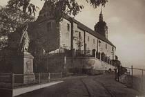 Socha Karla IV. původně stála v malém parčíku na rohu dnešní ulice J. Seiferta a Kněžny Emmy. V roce 1929 byla přemístěna na vyhlídku k mělnickému zámku, kde stojí dodnes. Rok 1930.