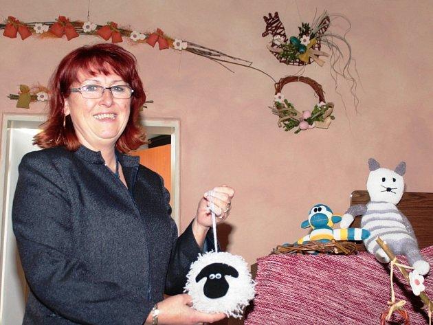 Ředitelka Domu Kněžny Emmy Jaroslava Vítová je na výrobky seniorů hrdá.