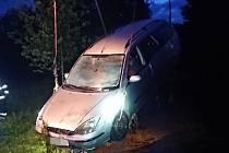 Osobní automobil sjel v Kostelci nad Labem do potoka.