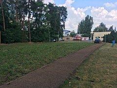 V areálu hlavního stadionu v Neratovicích probíhá renovace menšího fotbalového hřiště, po dokončení bude sloužit pro tréninky a zápasy přípravek.