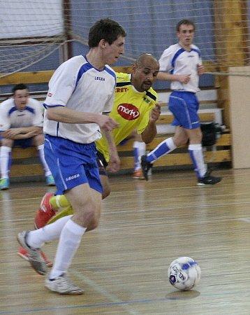 Z pohárového utkání Alpina Slaný (v bílém) – Olympik Mělník (0:7).