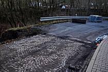 Stavební práce na rekonstruované silnici vedoucí v Kralupech nad Vltavou k hlavnímu hřbitovu a dále mířící směrem na Dolany a Libčice.