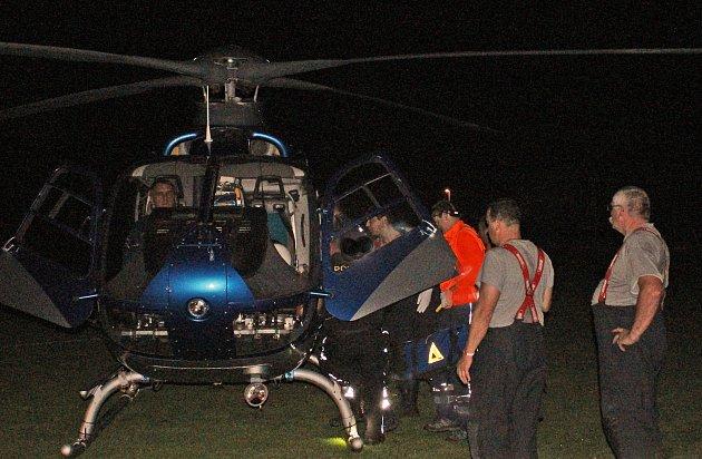 Po nehodě byl zraněný muž na kolejích při vědomí a se záchranáři komunikoval, i když utrpěl několik velmi vážných poranění.