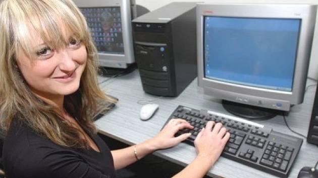 """Pro podporu projektu """"Najdi si práci..."""" vzniklo i 12 okresních středisek vybavených počítači a připojených na internet."""