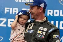 Tomáš Pekař se svou dcerkou na stupních vítězů mosteckého podniku Clio cupu 2019.