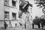 Zničená polovina domu v ulici 17. listopadu 1945.