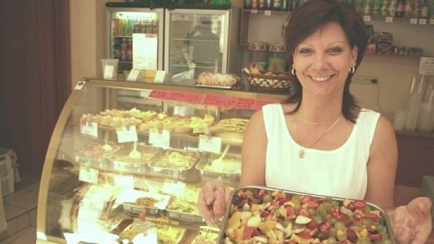 V salátovém baru mají mnoho sruhů salátů, včetně ovocného mixu.