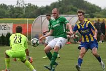Fotbalisté Neratovic (v modrožlutém) v přátelském tréninkovém utkání prohráli po nepovedeném závěru s Velkými Hamry 2:3.