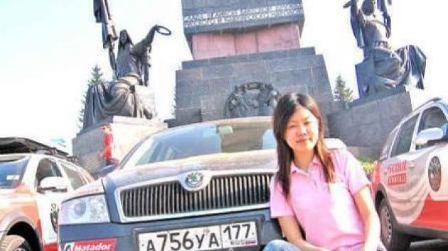 He Xingzi, čínská novinářka, která si v Evropě nechává říkat Vivien, před sochou postavenou na počest přátelství ruského a baškirského národa. Dostali jsme se do milionového města Ufa.