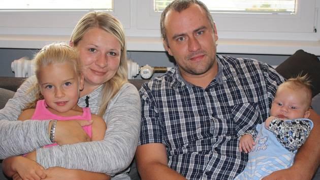 Michaela a Pavel  Šmídovi se dali dohromady ještě na základní škole. Jsou spolu už sedmnáctým rokem, mají pětiletou dceru Lauru a dvouapůlměsíčního syna Filipa