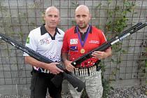 Střelci (zleva) Jan Košťák a Martin Šmíd s brokovnicemi značky Benelli.