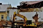Bourací stroje v Kralupech pracovaly na demolici bývalé pivovarské spilky i v sobotu kolem poledne, a to s plným nasazením.