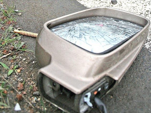 Na silnici zůstaly po nehodě rozmetané kusy automobilu.
