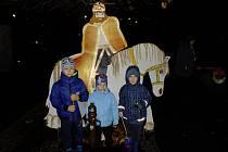 Rodinné centrum Všetaty-Přívory uspořádalo tradiční svatomartinský průvod, který s sebou přinesl i ohnivou show.