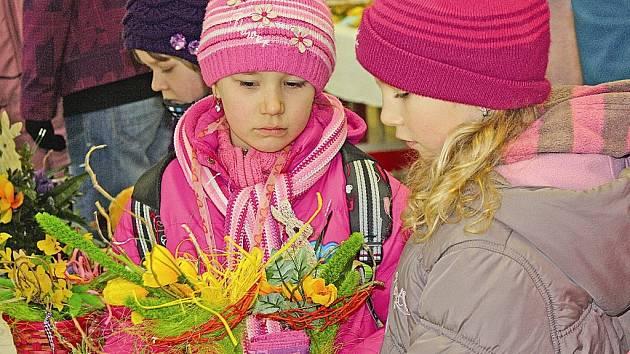 Na výstavu vyrazili prvňáčci z místní základní školy v ulici 28. října a skoupili, co se dalo.