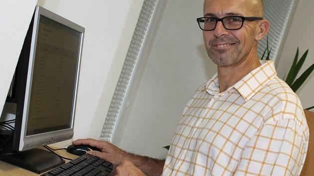 Volební dny strávil Petr Holeček na cestách, mířil do obcí v kralupském správním obvodu, aby kontroloval průběh voleb. Předběžné výsledky sledoval při návratu na městský úřad.